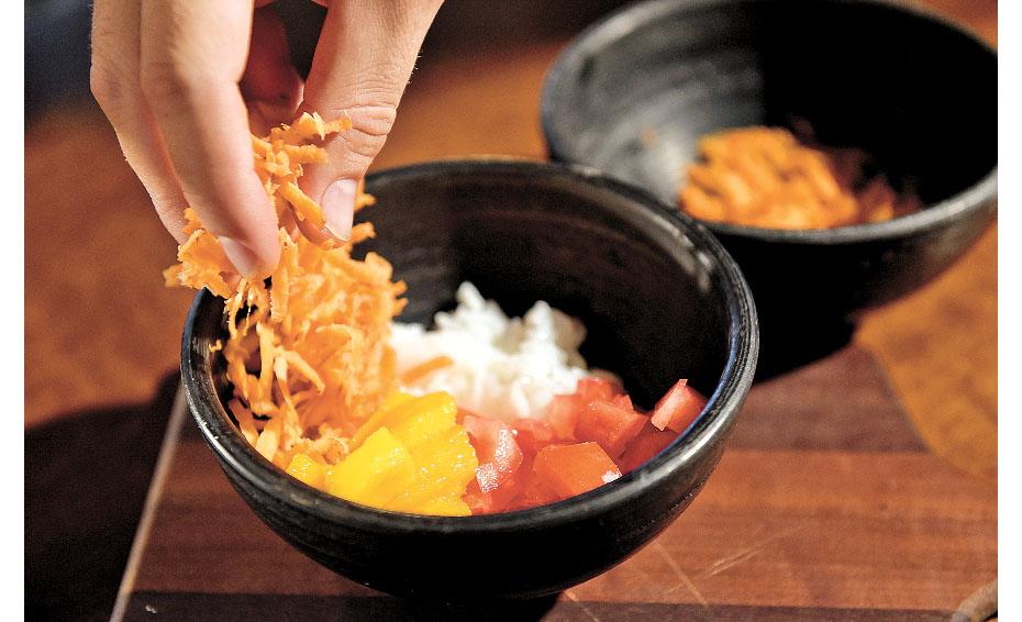 Continue acrescentando os ingredientes, agora com manga, cenoura e os demais