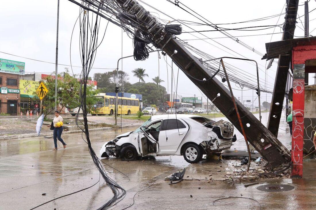 Veículo atingiu dois postes e causou grande destruição