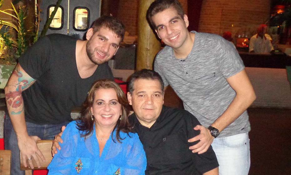 Luisiana de Barros Correia Nunes Costa com esposo e filhos.