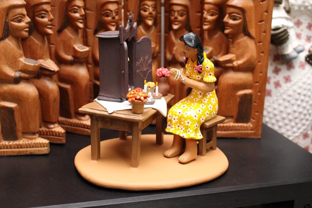 Mulher a rezar o ter?o a Santo Ant?nio pedindo casamento, artesÆ Amanda Rodrigues, Caruaru-PE
