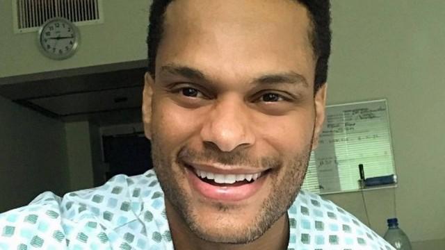 Tony registrou a saída com uma selfie no hospital