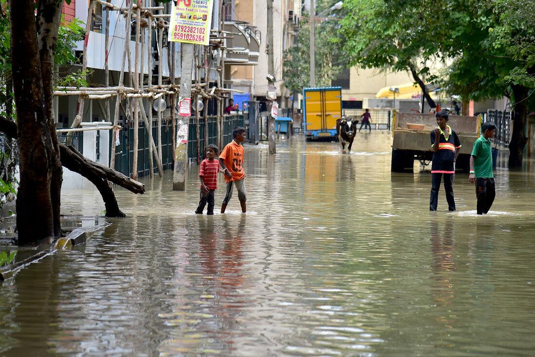 Inundações e chuvas são comuns na época de monção, que vai de junho a setembro