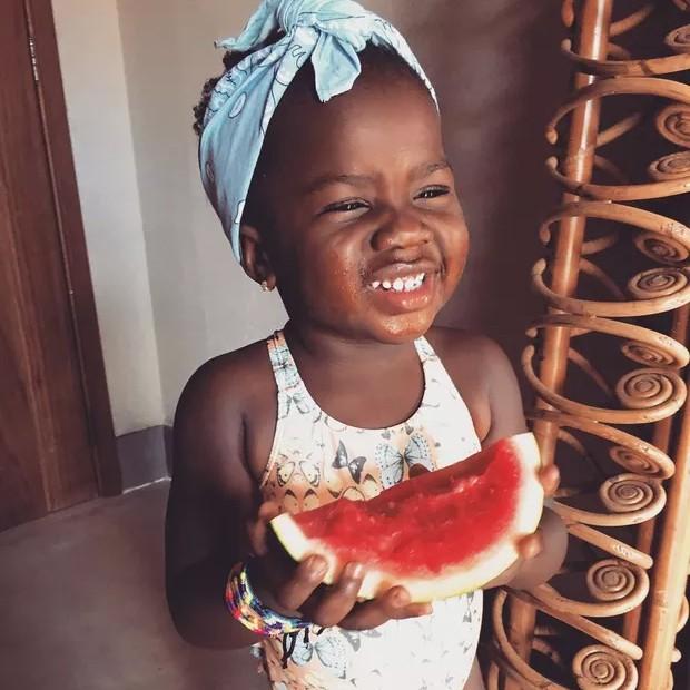 A pequena, de 4 anos, aceitou levar as alianças da atriz e Xandinho Negrão