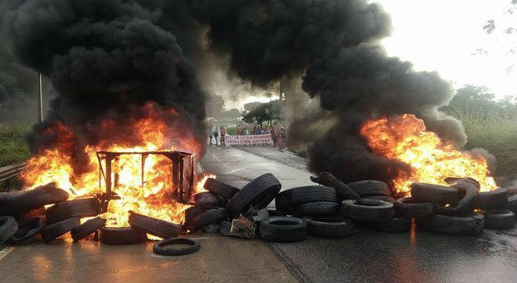 Manifestantes atearam fogo em pneus