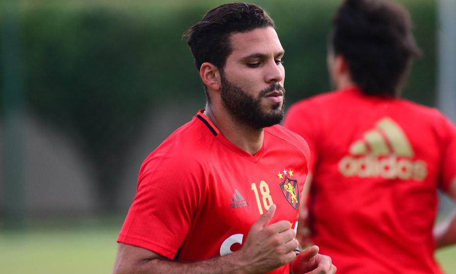 Zagueiro Henríquez durante treino do Sport
