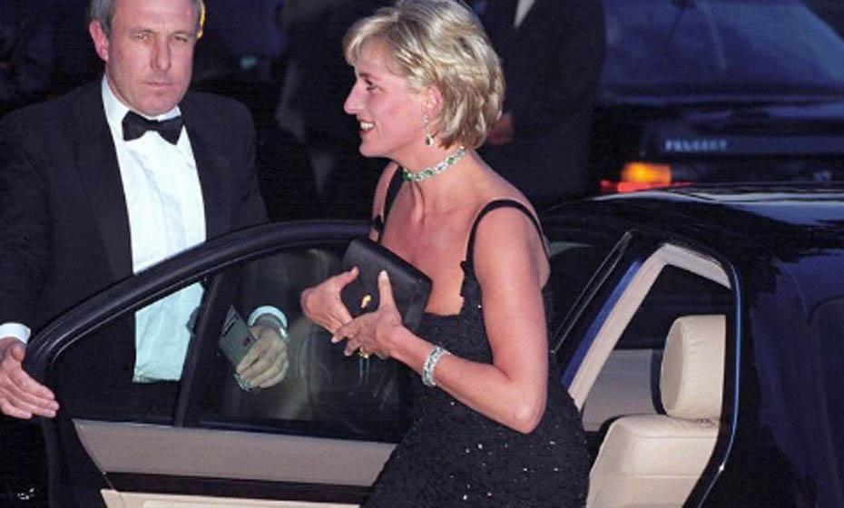 Diana usou vestidos pretos à noite - a cor é reservada pela realeza para momentos de luto