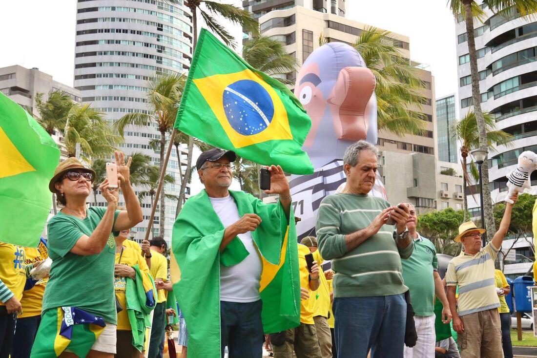 """Vem pra Rua leva """"jaula"""" com políticos à orla de Boa Viagem"""
