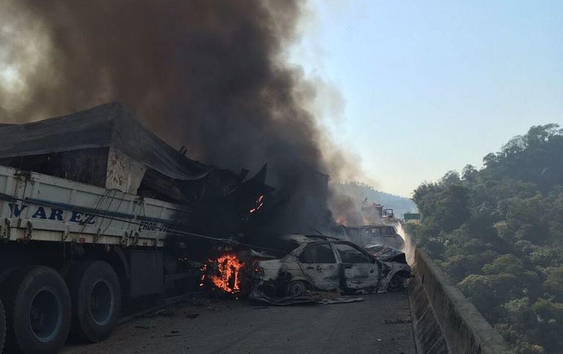 Acidente na Rodovia Carvalho Pinto, na altura do km 75, no trecho de Jacareí, sentido interior de São Paulo