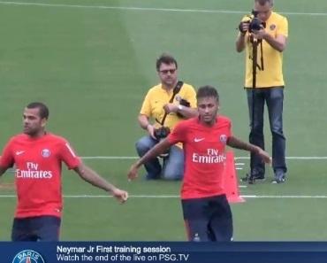 Neymar ao lado do companheiro Daniel Alves