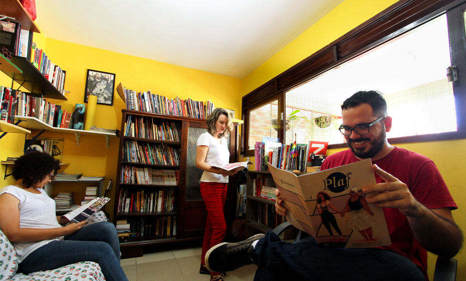 Dandara Palankof, Carol Almeida (em pé) e Paulo Floro, idealizadores da Plaf