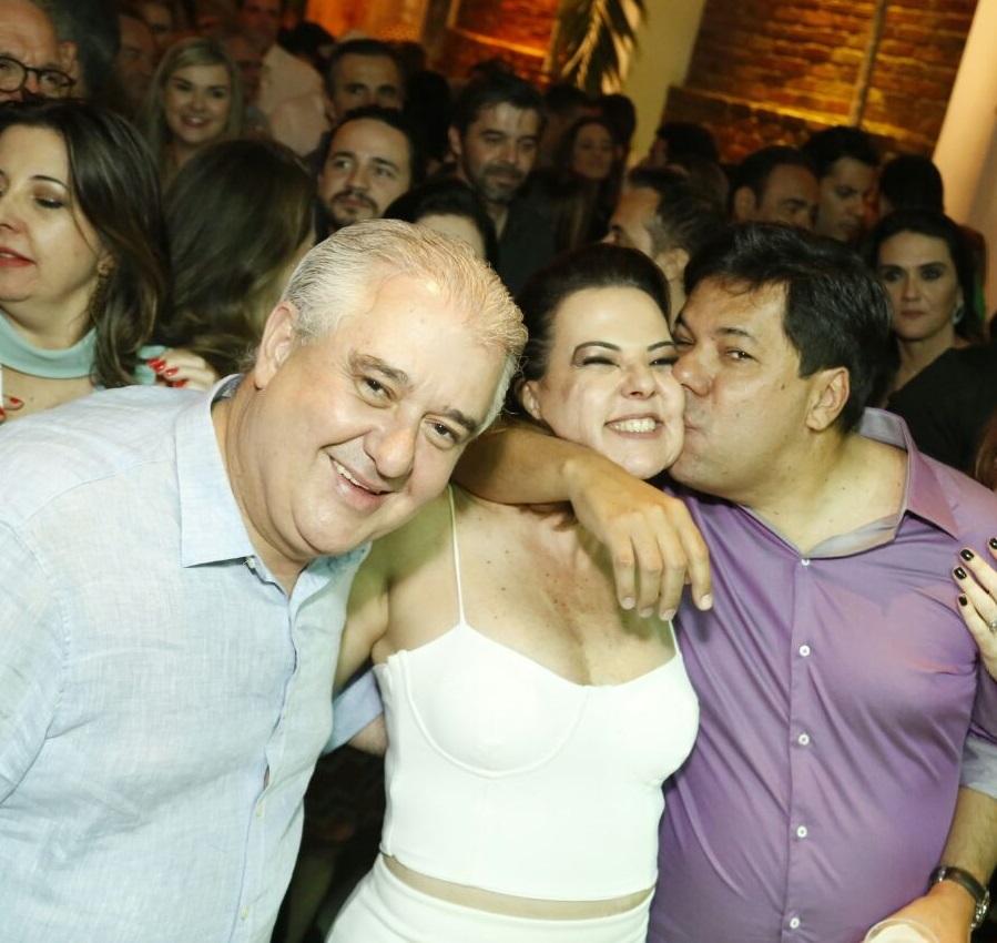 Isabela Coutinho recebendo o carinho do irmão, Mendonça Filho, e do marido, Augusto Coutinho