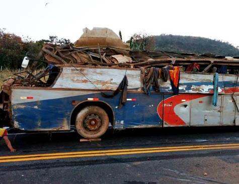 Motorista perdeu o controle do ônibus e veículo caiu em uma vala