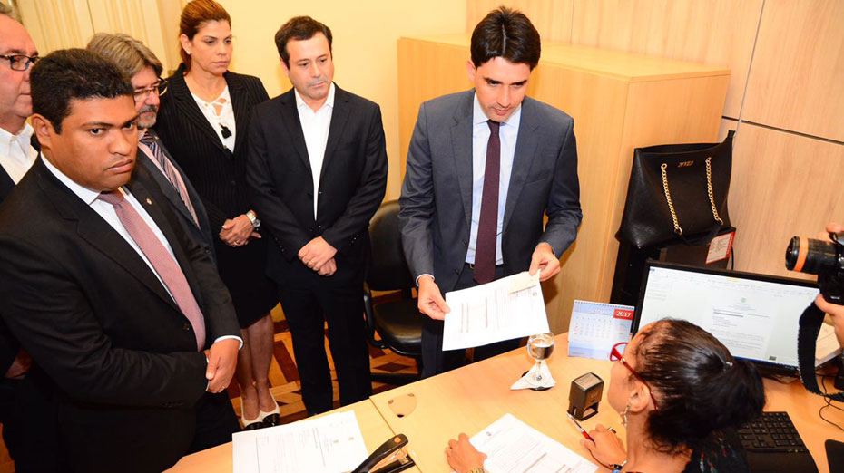 Silvio Costa entrega documento no Palácio