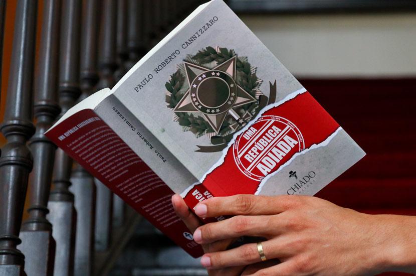 """Livro """"Uma República Adiada"""""""