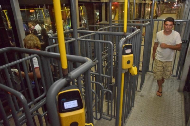 Catracas mais altas em estação de BRT
