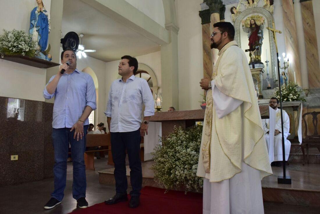 Paulo Câmara e Geraldo Julio participaram da missa de ação de graças na Paróquia de Casa Forte