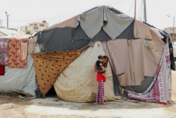 Famílias em tendas em acampamento para refugiados em Bagdá, no Iraque