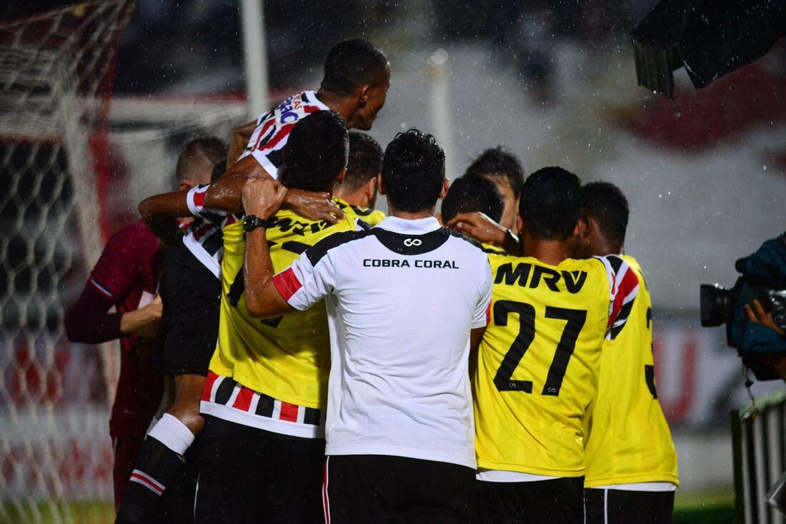 Jogadores do Santa comemorando o gol sobre o Vitória/PE