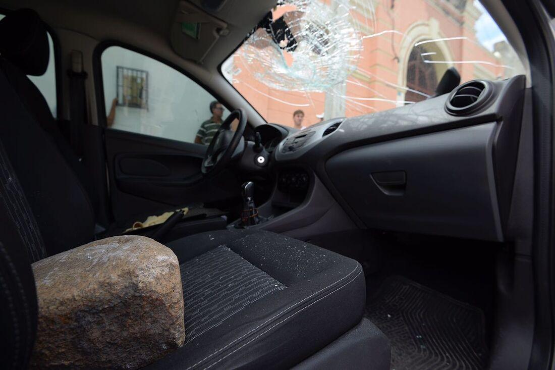 Carros são depredados em protesto no Recife