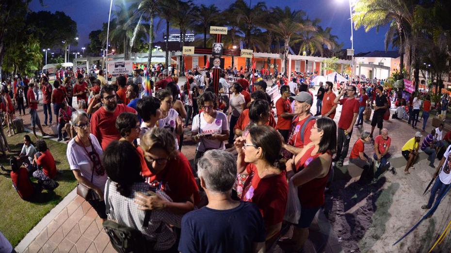 Vigília é realizada na Praça Tiradentes, no bairro do Recife