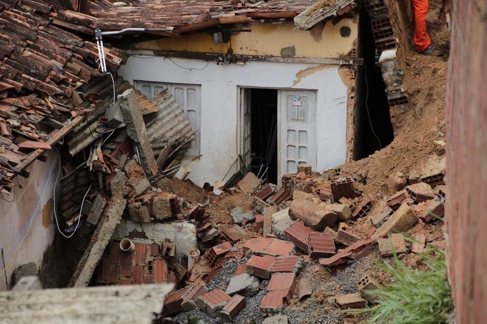 Casa atingida por barreira ficou destruída