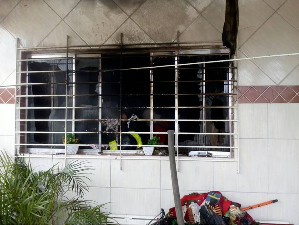 Cômodo da casa teve móveis destruídos pelo fogo