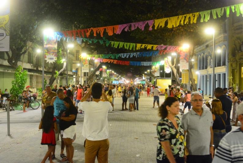 Domingo de prévias carnavalescas no Recife Antigo