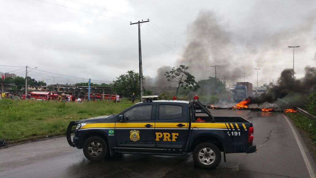 De acordo com a PRF, cerca de 50 pessoas reivindicam casas populares e a diminuição no preço das passagens de ônibus