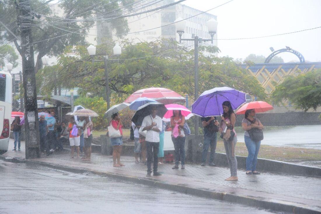 Chuvas fortes atingem o Recife e provocam transtornos