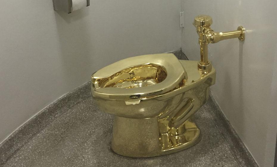 Privada de ouro do artista iconoclasta Maurizio Cattelan