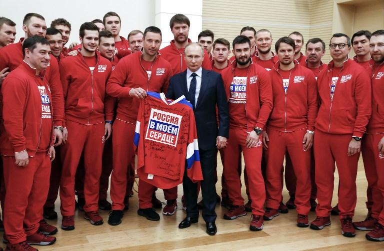 Putin junto com membros da delegação russa que disputará os Jogos de Inverno