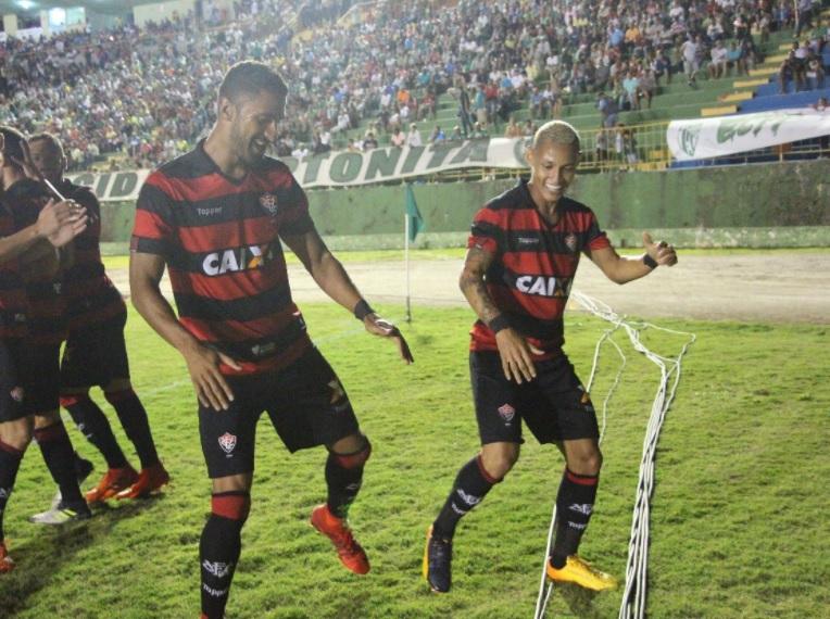 Tréllez (E) assinará um contrato de quatro anos com o São Paulo