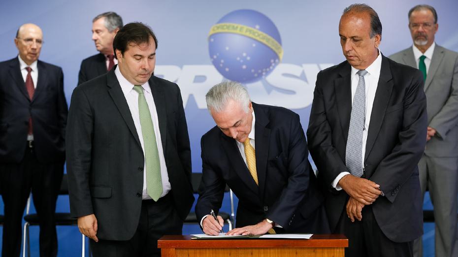 Michel Temer assinou o decreto de intervenção militar no Rio