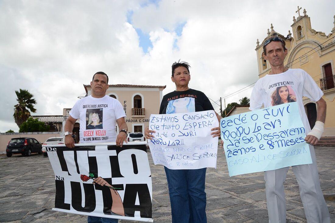 Familiares de Maria Alice Seabra protestam
