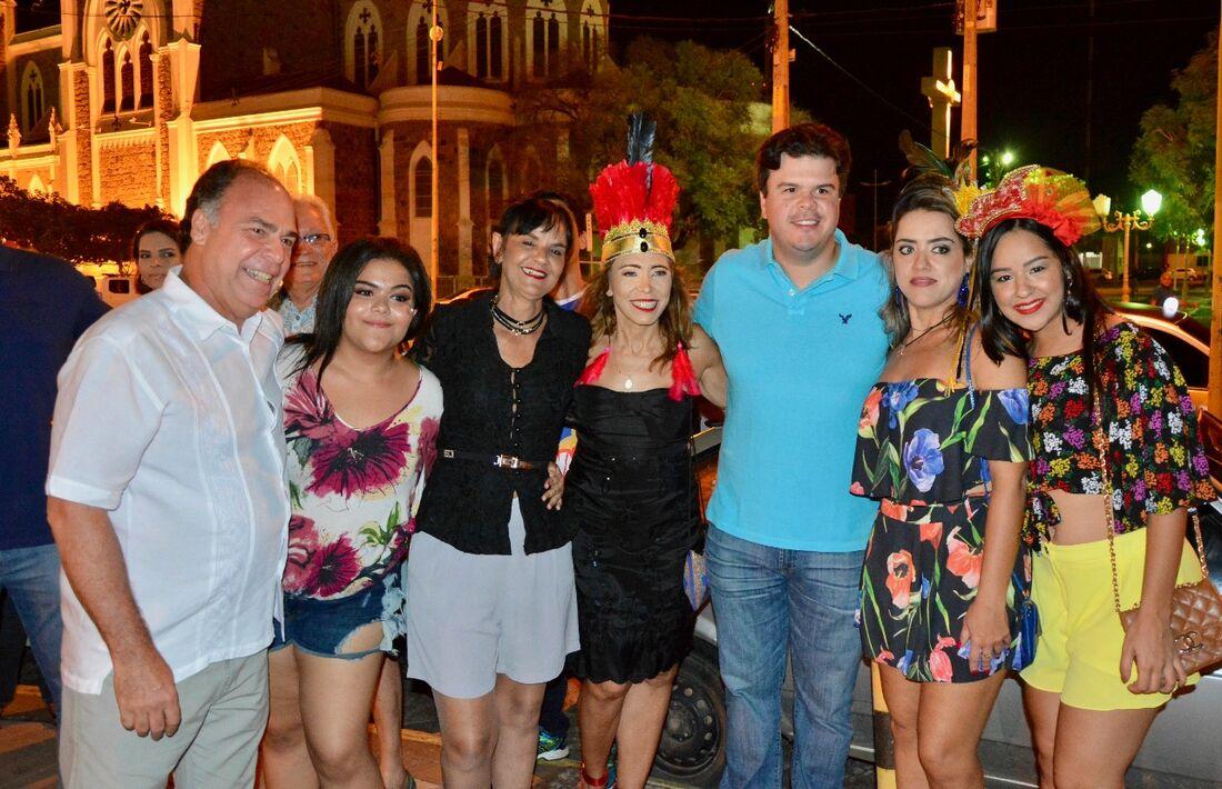 Fernando Bezerra Coelho, a prefeita em exercício Luska Portela, a secretaria de Cultura, Maria Elena e FBC Filho com foliãs