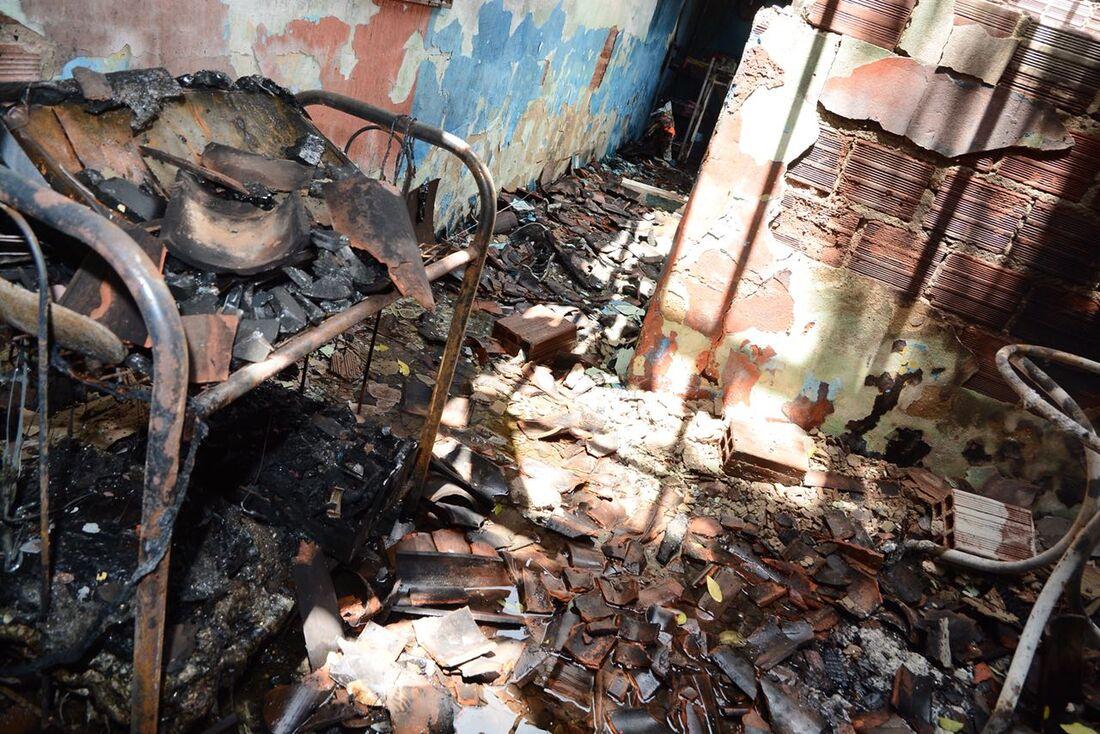 Incêndio em residência no bairro de Pau Amarelo