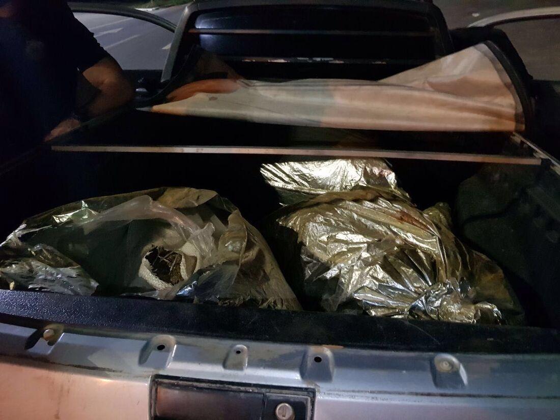 Droga foi localizada dentro de carro