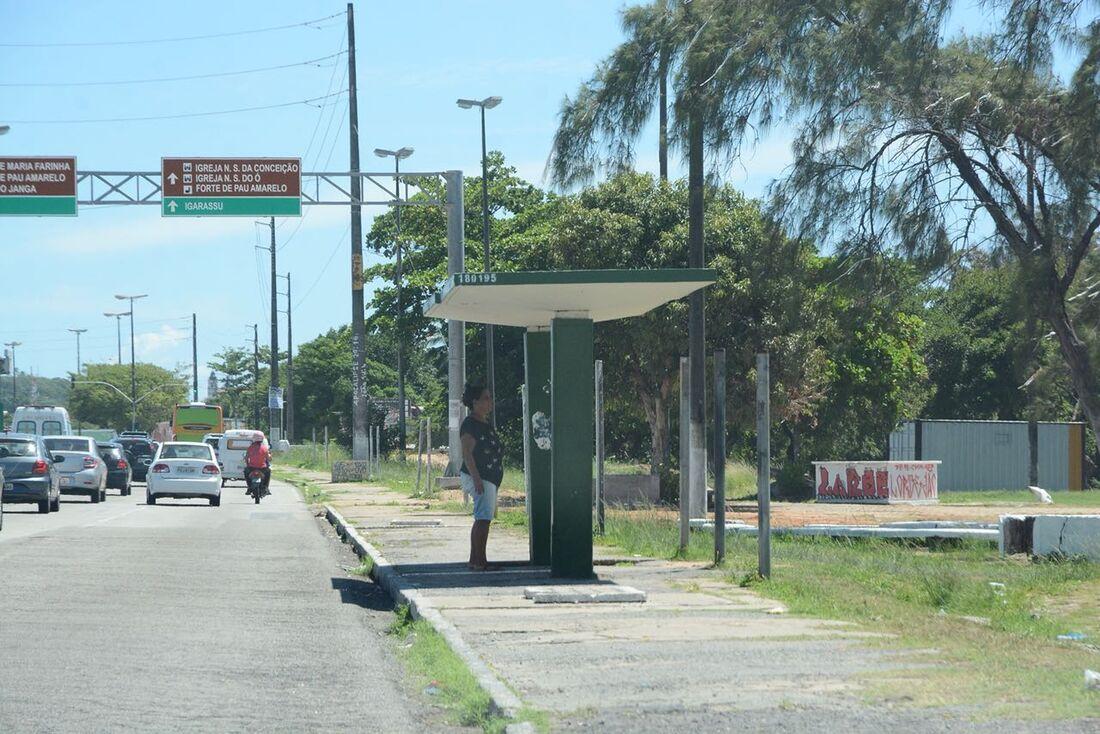 Parada de ônibus que o criminoso desceu com a vítima