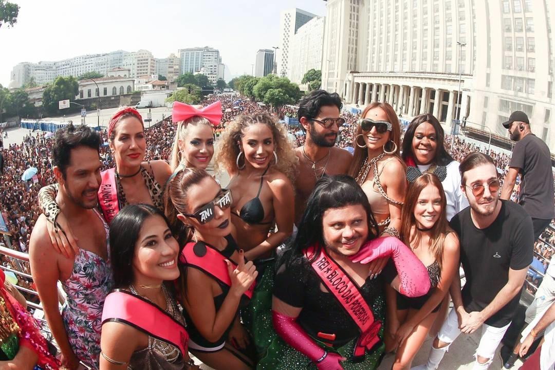 Anitta e os amigos no Bloco das Poderosas