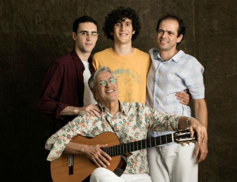 Caetano Veloso ao lado dos filhos, Tom, Zeca, Moreno, com quem fez turnê