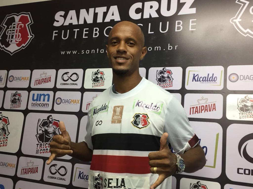 Volante Leandro Salino em sua apresentação oficial no Santa Cruz