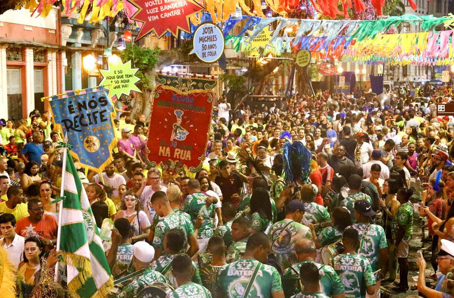 Foliões no Bairro do Recife nesta quarta-feira pré-carnavalesca