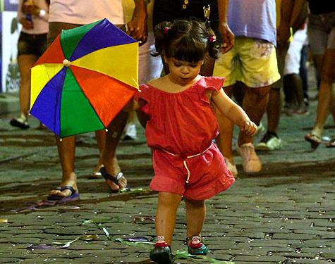 Criança brincando o Carnaval