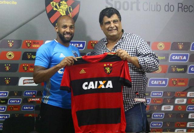Volante Felipe Bastos com a camisa do Sport.