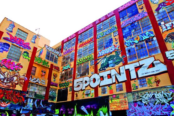 Galpão grafitado em Long Island City