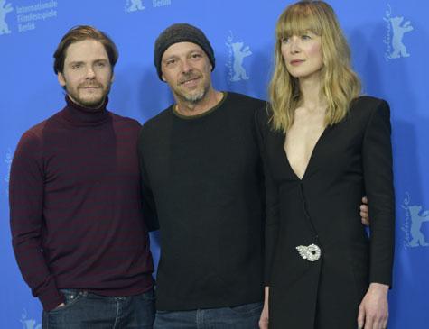 O ator alemão Daniel Bruehl, o diretor brasileiro José Padilha e a atriz inglesa Rosamund Pike