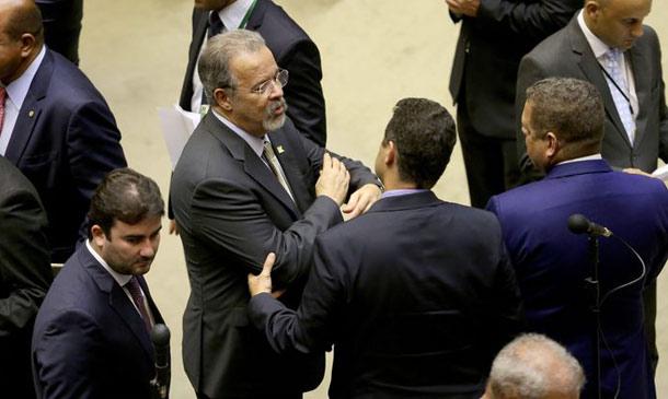 Raul Jungmann acompanha a votação no plenário da Câmara