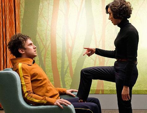 Lenny (Aubrey Plaza) dá rosto a principal personalidade que assombra a mente de David (Dan Stevens)