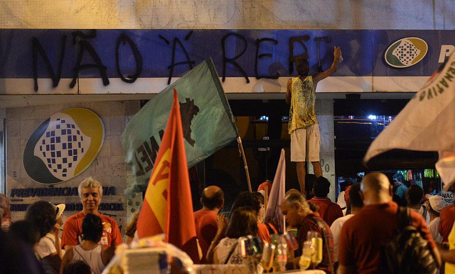 Manifestante picha fachada do INSS na av. Dantas Barreto