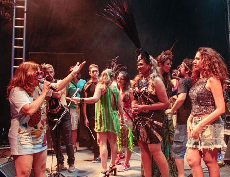 Nena Queiroga, uma das homenageadas do Carnaval 2018, recebe no palco artistas como a paraense Gaby Amarantos e a pernambucana Cristina Amaral